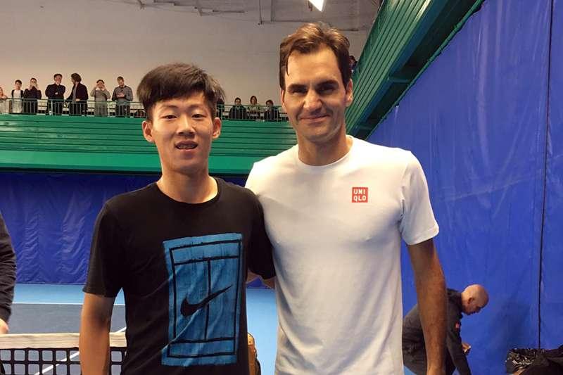 台灣新生代網球好手曾俊欣,獲邀擔任ATP年終賽的陪練員,與前世界球王瑞士特快車費德勒對練,經驗難得。(圖/曾裕德提供)