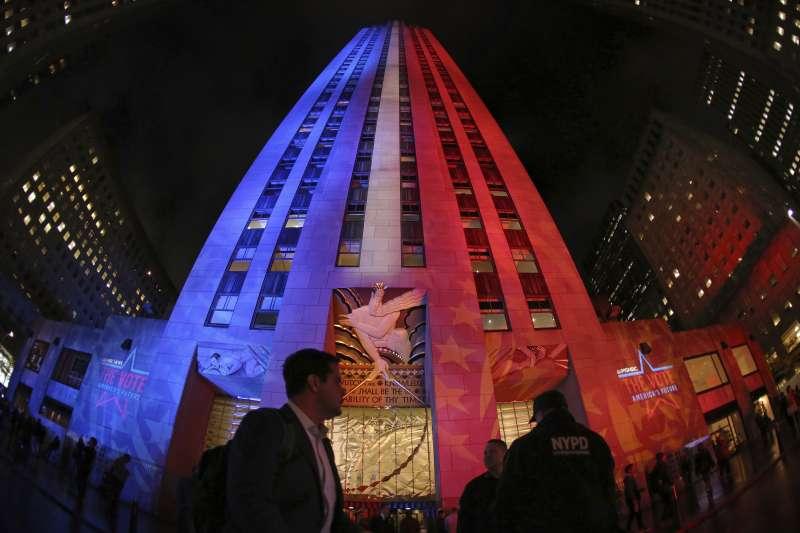 美國期中選舉:紐約3名台裔候選人全勝選,圖為打上美國紅白藍燈光的洛克斐勒大樓(AP)