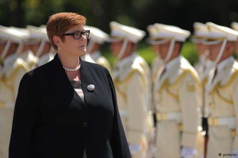 將與中國外長會面的現任澳洲外長佩恩,曾擔任過國防部長,圖為她拜訪日本時受到軍禮歡迎(DW)