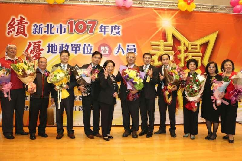 地政局局長康秋桂(左五)在「107年度績優地政單位及人員表揚大會」上,感謝所有夥伴們的共同努力讓地政局今年能到地政業務考核的第一名殊榮。(圖/李梅瑛攝)