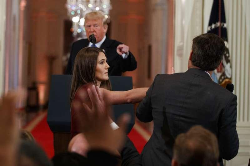 2018年11月7日,川普召開記者會,期間怒罵CNN記者。(AP)