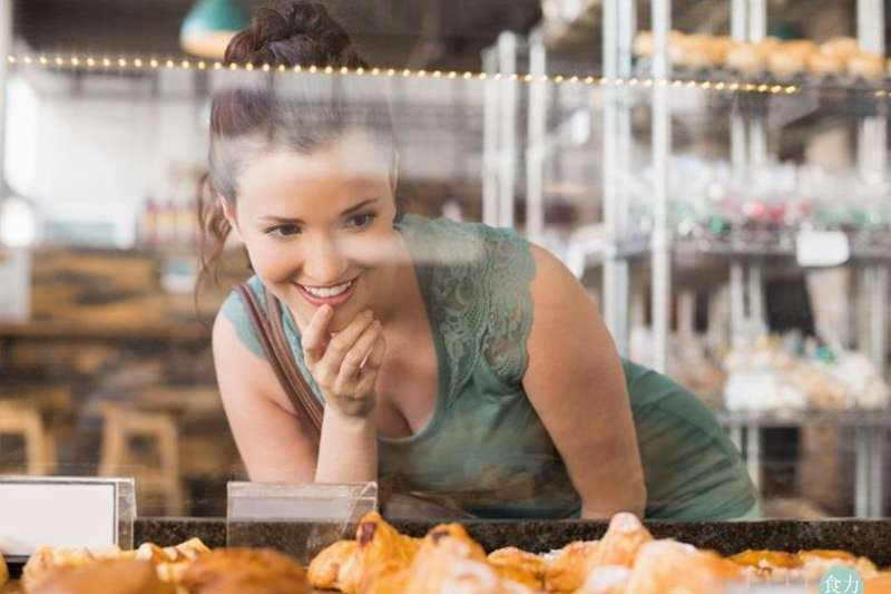 從我們認為直接接觸麵包的製作區,如天花板、地板、冷卻區、食材原料放置區、工作人員,到販售區的光線、麵包陳列架、用具及台面,皆可看出店家對衛生安全的重視程度。(圖/食力提供)