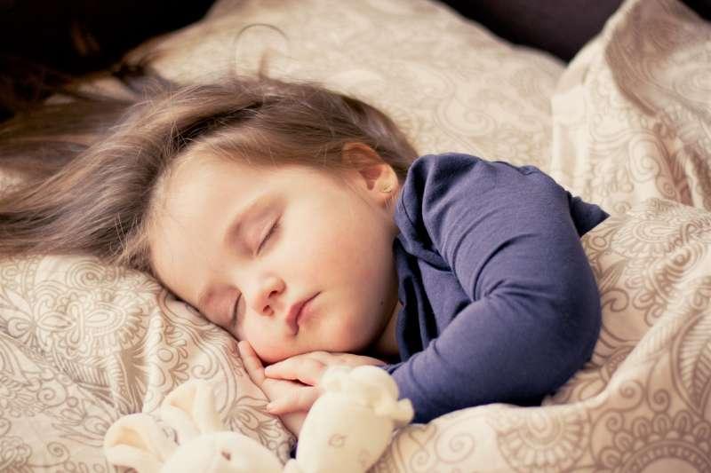 睡眠對學習是重要的,有關認知功能的維持、記憶的發展,都和睡眠有直接關係,因此要睡得飽、睡得好,才能展現更好的學習效果。(圖/ddimitrova@pixabay)