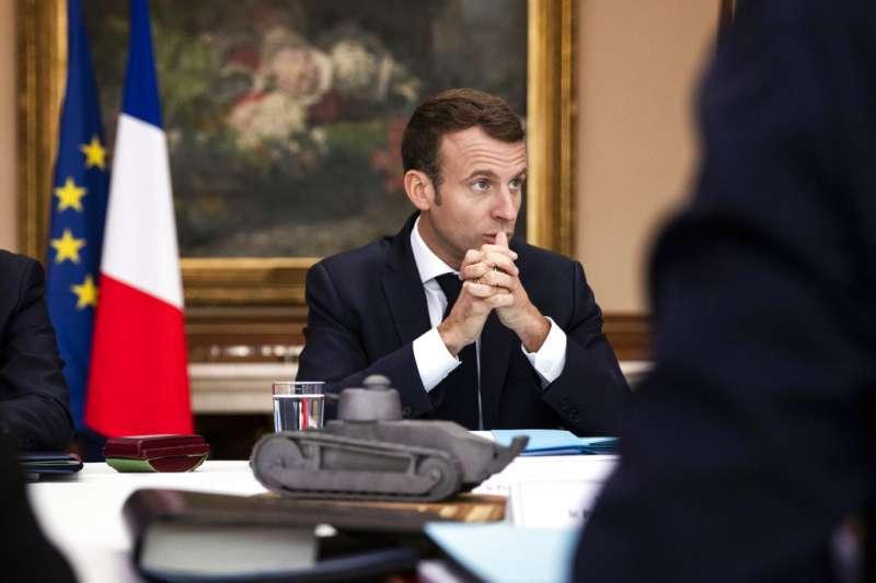 2018年11月7日,法國總統馬克宏造訪北部沙勒維爾-梅濟耶爾(Charleville-Mézières),召開內閣會議。(AP)