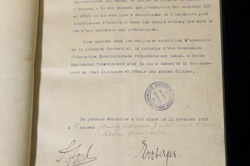 法國陸軍元帥福煦與德國政府代表埃茨伯格簽訂的一戰停戰協定(美聯社)