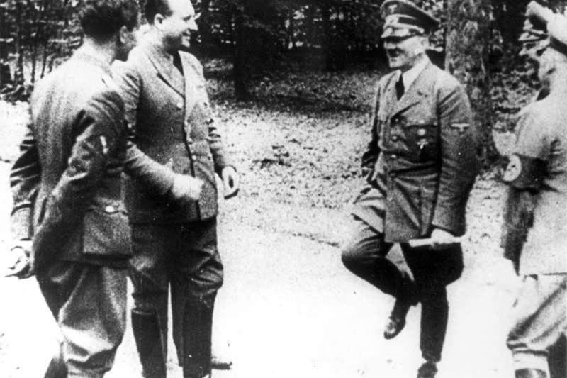 1940年6月22日,納粹德國最高領導人希特勒(右二)故意選擇在貢比涅森林的同一節火車車廂裡簽訂停戰協定(美聯社)