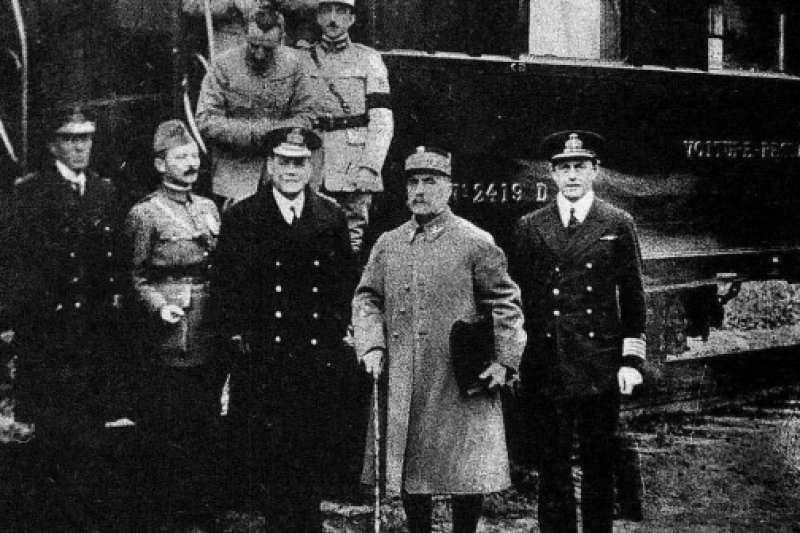 一戰停戰協定簽訂後,眾人合影,右二為法國陸軍元帥福煦(美聯社)