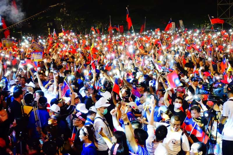 20181108_3萬人+國旗海+手機燈海。國民黨高雄市長候選人韓國瑜第二場大造勢今晚在美濃區高美醫專登場,擠入超過3萬名支持者。(羅暐智攝)