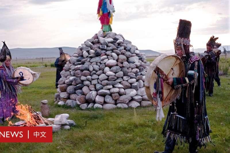 歷史上唐努烏梁海所在地圖瓦的薩滿教徒在舉行儀式。(BBC中文網)