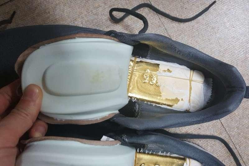 20181109-調查局破獲走私黃金,嫌犯將黃金貼身藏於鞋底夾縫躲避追緝。(調查局提供)