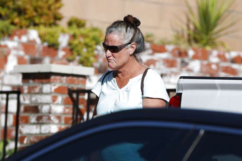 2018年11月8日,加州千橡市邊界燒烤酒吧發生槍擊案後,警方搜索凶嫌隆格的家,圖為隆格的母親。(AP)