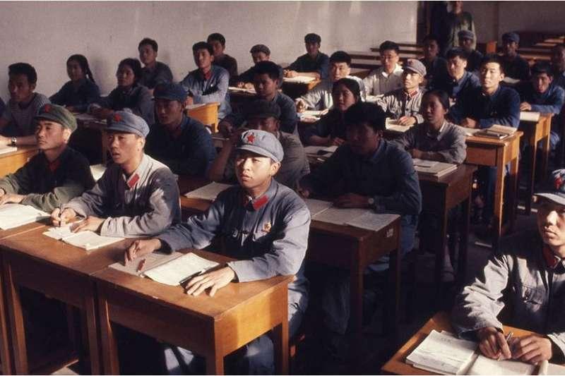 中國在上個世紀50至70年代實行了嚴厲的高考政審制度。圖為1971年,北京大學正在上課的學生。(BBC中文網)