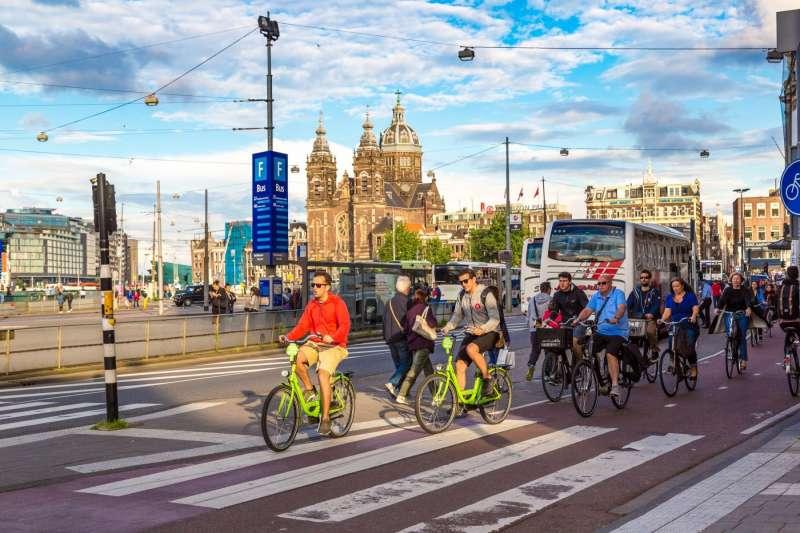 為何身為單車大國的荷蘭,人民騎車卻都不戴安全帽?這不是政府沒宣傳好,不用戴頭盔的秘密,在於荷蘭先進的的單車友善文化。(圖/*CUP提供)
