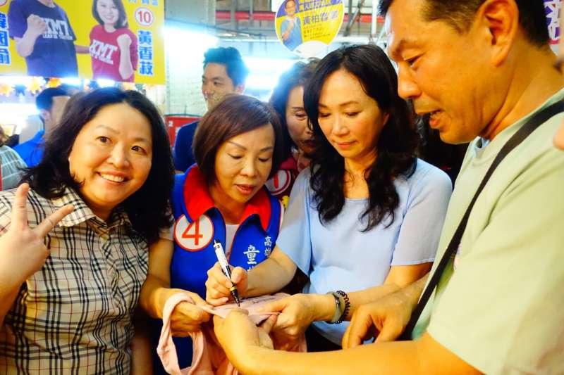 20181108-高雄市長候選人韓國瑜夫人李佳芬(右二)9日上午前往高雄三民市場拜票,有民眾要求簽名。(羅暐智攝)