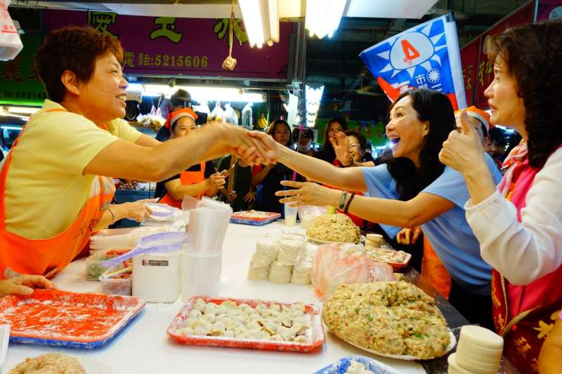 20181108-高雄市長候選人韓國瑜夫人李佳芬(右二)9日上午前往高雄三民市場拜票,和民眾握手,互動親切。(羅暐智攝)