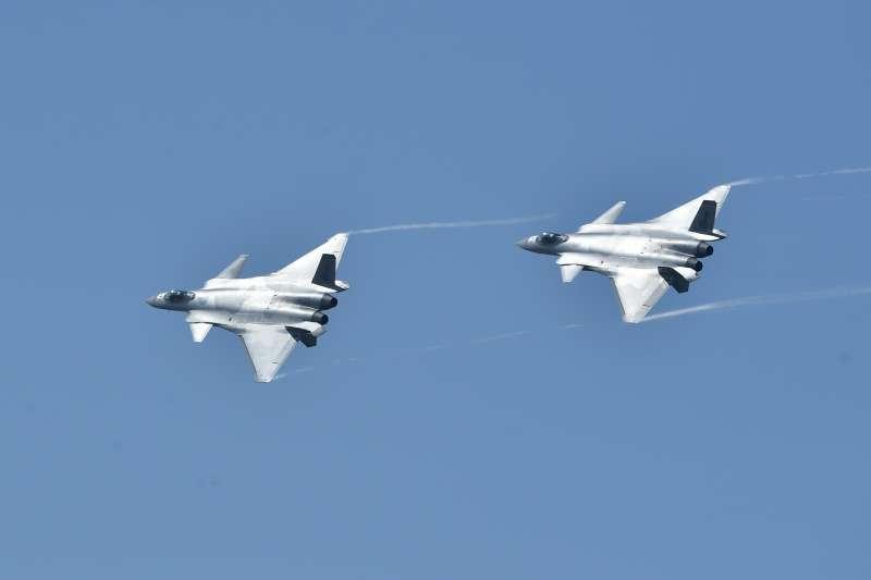 11月6日,中國空軍殲-20戰機在航展現場進行飛行展示(新華社)