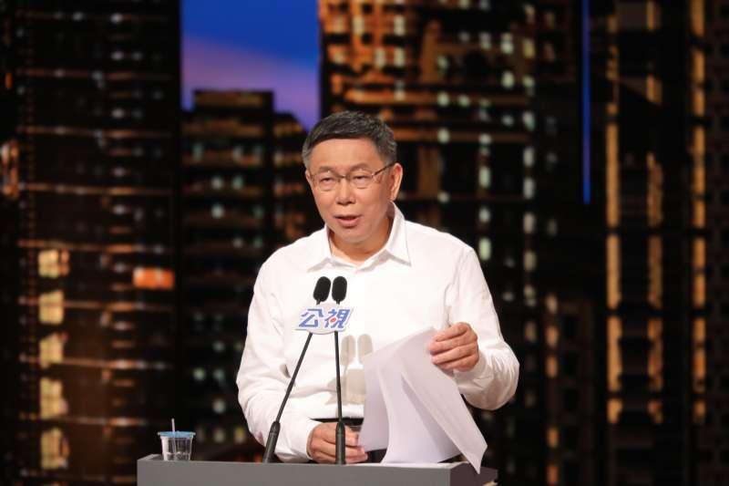 由公視舉辦台北市長電視辯論10日登場,台北市長柯文哲進行第二階段交叉詢問時,針對藍綠兩黨候選人提出公布競選經費的要求。(公視提供)