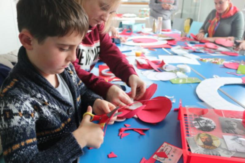 英國的小學生正製作國殤日用的罌粟花別針。(BritishFuture.org)
