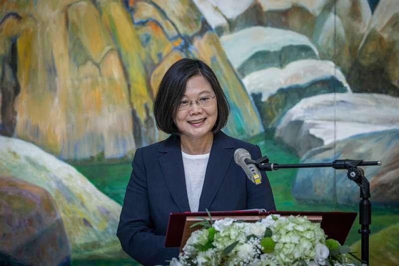 總統蔡英文提醒,大家要認清在社會上有很多假訊息在流通,「假訊息對台灣的民主是很大的傷害」。圖為蔡英文出席「林惺嶽大自然奇幻的光影」開幕茶會。(總統府提供)