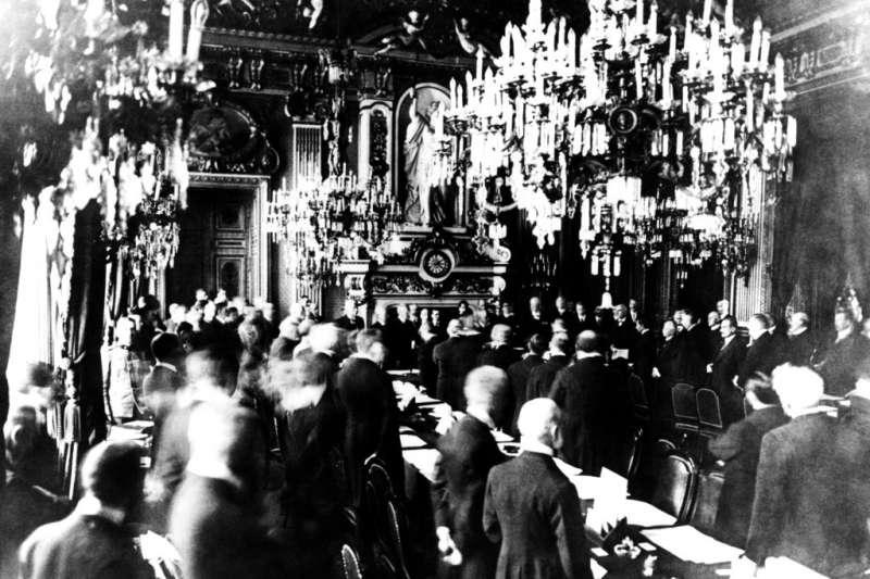 1919年6月28日協約國代表跟德國代表在巴黎凡爾賽宮簽署《凡爾賽條約》。(AP)