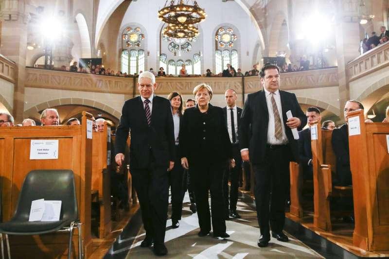 德國總理梅克爾率領國會紀念11月9日「水晶之夜」80周年。(AP)