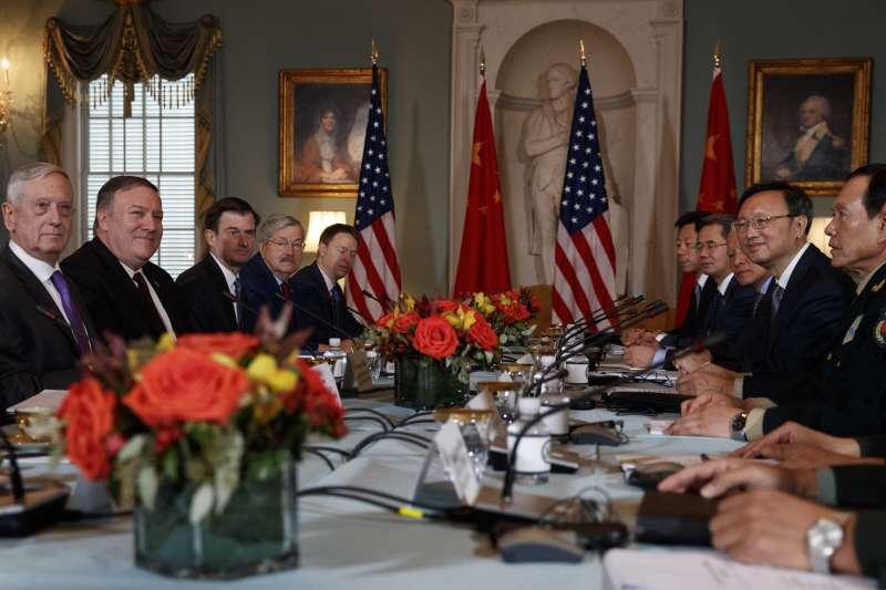 2018年11月9日,美中外交與安全對話(D&SD)在華府召開,美國國務卿龐畢歐與國防部長馬提斯、中共中央外事工作委員會辦公室主任楊潔篪與中國國防部長魏鳳和會後召開聯合記者會(AP)