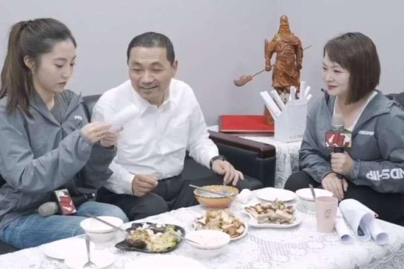 國民黨新北市長侯友宜9日在臉書上舉辦「晚餐會」,同時回應Instagram(IG)網友提問,談到到自己女兒時,侯友宜臉上依然藏不住笑意。(侯友宜競選總部提供)
