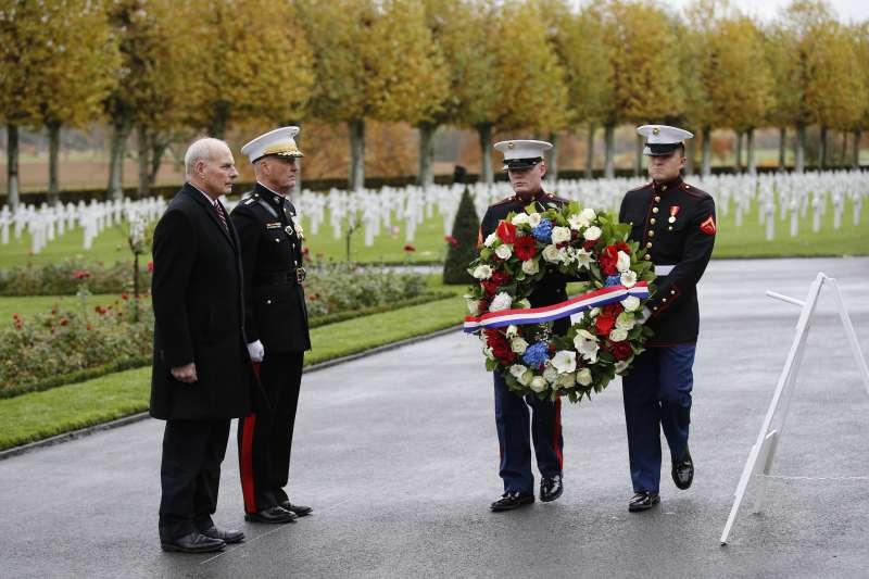 川普臨時取消墓園弔唁行程,改由白宮幕僚長凱利和美軍參謀首長聯席會議主席鄧福德代表。(美聯社)
