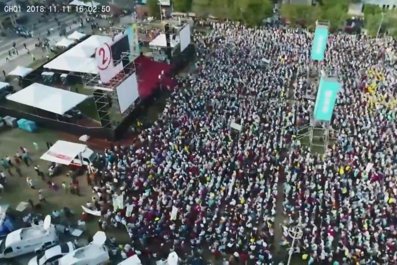 民進黨高雄市長陳其邁11日下午在旗山體育場舉辦「旗美大團結」演講會,邁營準備2萬張板凳,4時開場時已經坐滿,主持人、在地黨籍立委邱議瑩4時45分也宣布,參與人數破3萬人。(截圖翻攝自陳其邁臉書直播影片)