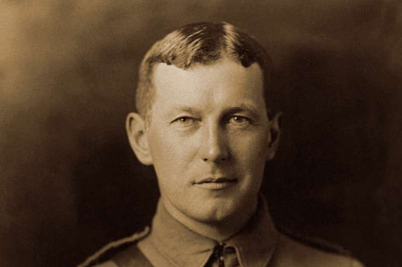 1915年寫下〈弗蘭德斯陣前〉(In Flanders Fields)一詩的加拿大陸軍軍醫麥克雷少校( Major John McCrae)。(取自Wikipedia/Public domain)