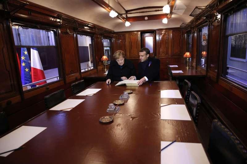 2018年11月10日,法國貢比涅「停戰博物館」,法國總統馬克宏與德國總理梅克爾來到100年前簽署一戰停戰協定的「2419D」火車車廂複製品(美聯社)