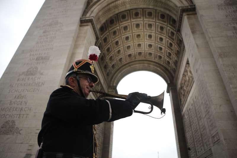 2018年11月11日,一戰終戰百年紀念大典,號角手吹響一戰停戰號角(AP)