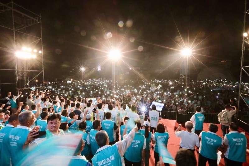民進黨造勢晚會的手機燈海。(陳其邁競選辦公室提供)
