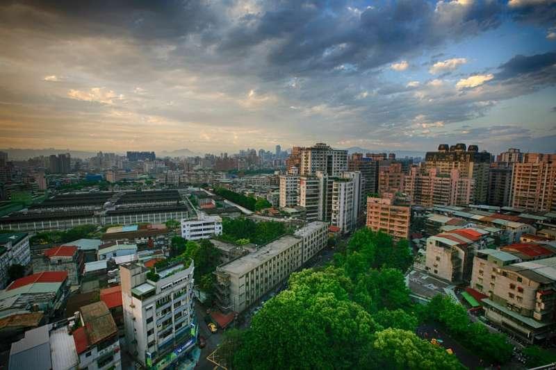 轉眼20多年過去,台灣的軟、硬體建設都有長足的進步,但多數縣市的建築風貌卻依舊雜亂無章。示意圖。(取自Dorigo@pixabay/CC0)