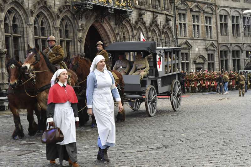 2018年11月,一戰終戰百年,比利時民眾以「復古」裝扮紀念(AP)