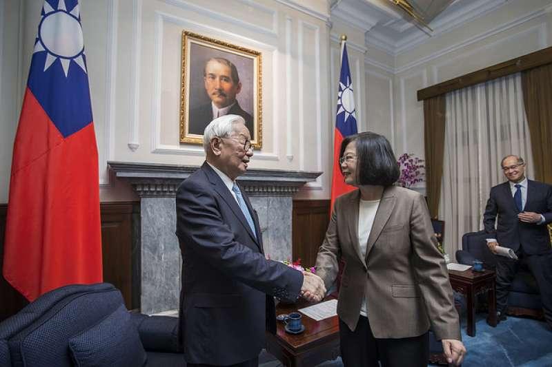 張忠謀曾代表中華民國擔任APEC領袖,台師大教授范世平認為他是理想的副總統人選。(取自總統府官網)
