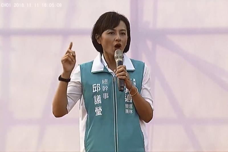 DailyView網路溫度計透過《KEYPO大數據關鍵引擎》調查,分析出2018網友心中聽了最傻眼的前10大幹話王,其中第一名是邱議瑩的「陪睡說」。(截自「陳其邁 Chen Chi-Mai」臉書直播影片)