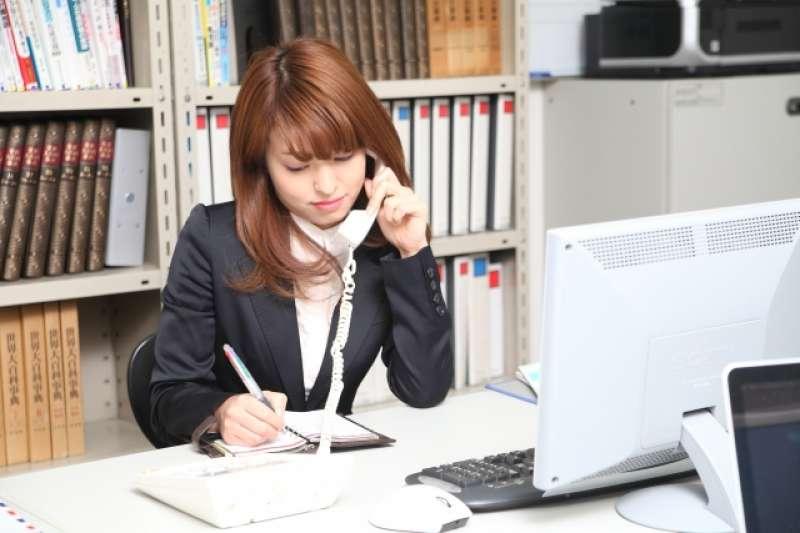 「請稍候、感謝您的來電、有什麼能為您服務的」,英文該怎麼說?3分鐘教會你超實用的電話英文,下次接到外國客戶電話別再害怕啦!(圖/photoAC)