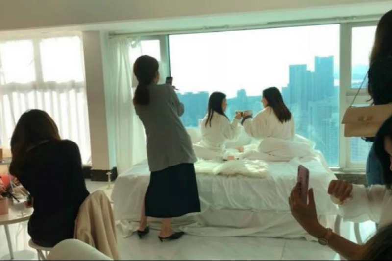 中國出現「偽裝成酒店」的高空咖啡廳,讓網美穿浴袍在床上拍美照。(圖/愛范兒提供)