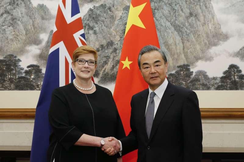 澳洲外長佩恩與中國外長王毅(AP)