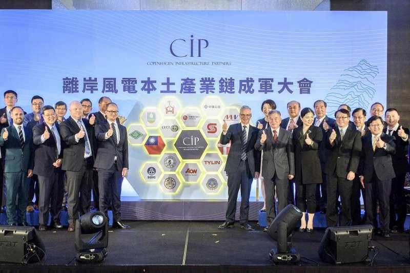 20181112-哥本哈根基礎建設基金(CIP)宣布已和60家台廠簽署200億台幣的訂單。右區左二經濟部長沈榮津、左一CIP亞太區董事長艾卓儒。(哥本哈根基礎建設基金CIP提供)