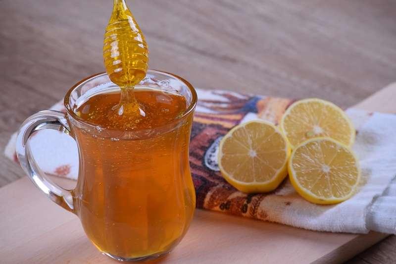 蜂蜜檸檬也許無法治腫瘤與汗斑,但治得了感冒。(圖/pixabay)