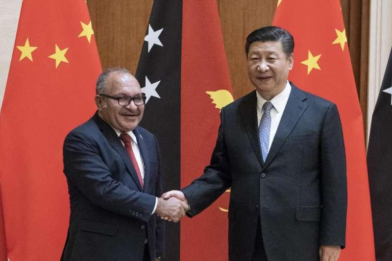 中國領導人習近平應東道主巴布亞新幾內亞總理彼得·奧尼爾(Peter O'Neill)邀請,在峰會日程外,單獨與部分南太平洋島國領導人會晤(圖為習近平今年6月21日在北京會晤彼得·奧尼爾的資料照片)。(BBC中文網)