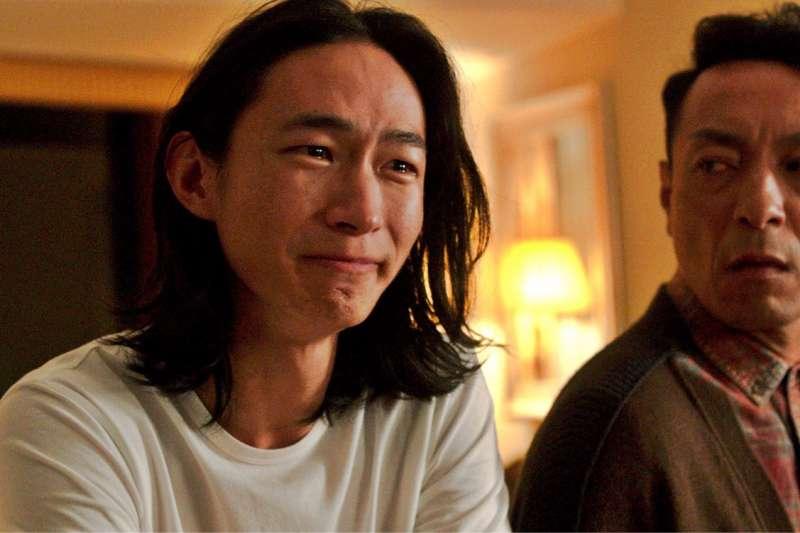 黃河(左)在電影《翠絲》飾演旅居海外的男同志,在愛人逝世後,力挺姜皓文(右)動變性手術。(雙囍電影提供)