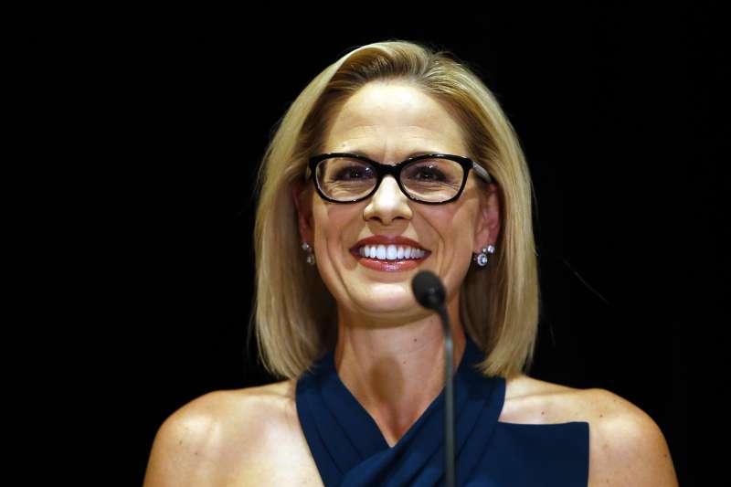 美國民主黨亞利桑那州聯邦參議員候選人席納瑪當選,成為該州史上第一位女性聯邦參議員(美聯社)