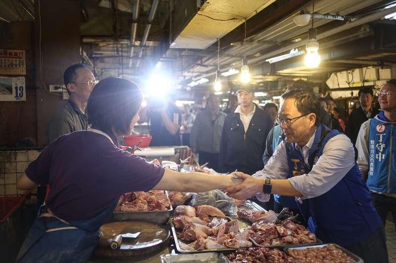 20181113-丁守中北投市場拜訪掃街,與現場商家握手致意。(陳品佑攝)