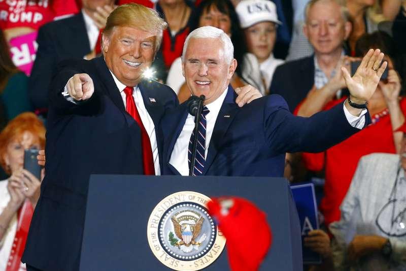 2018年11月3日,美國總統川普與副總統彭斯在2018美國期中選舉造勢活動上合體催票。(AP)