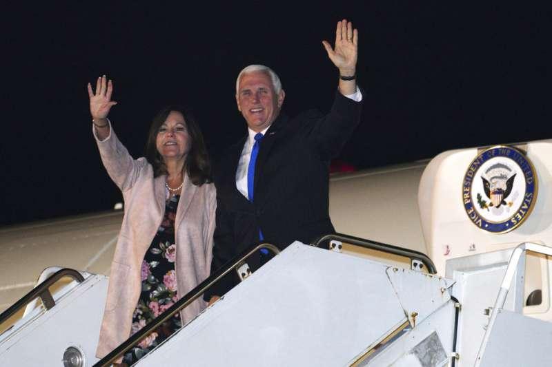 2018年11月12日,彭斯亞洲行、美國副總統彭斯與夫人抵達日本。(AP)