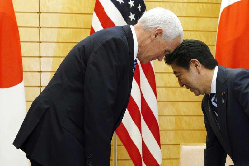 2018年11月13日,彭斯亞洲行、美國副總統彭斯與日本首相安倍晉三會面。(AP)
