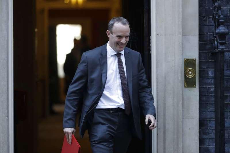 2018年11月13日,英國與歐盟談判代表終於就脫歐草案達成協議,英國首相梅伊召見脫歐事務大臣拉布(Dominic Raab)。(美聯社)